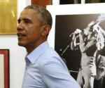 Presiden Obama saat melihat berbagai koleksi dan atribut Bob Marley di Kingston, Jamaika (8/4). Presiden Obama datang ke museum sang legendaris musik Reggae sebelum melakukan pertemuan dengan para pemimpin dari CARICOM. (REUTERS/Jonathan Ernst)