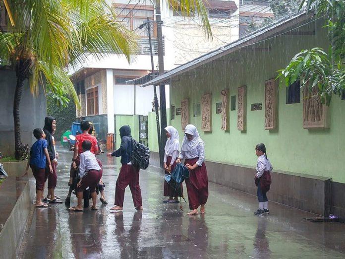 bermain hujan,anak-anak,belajar daring,online learning